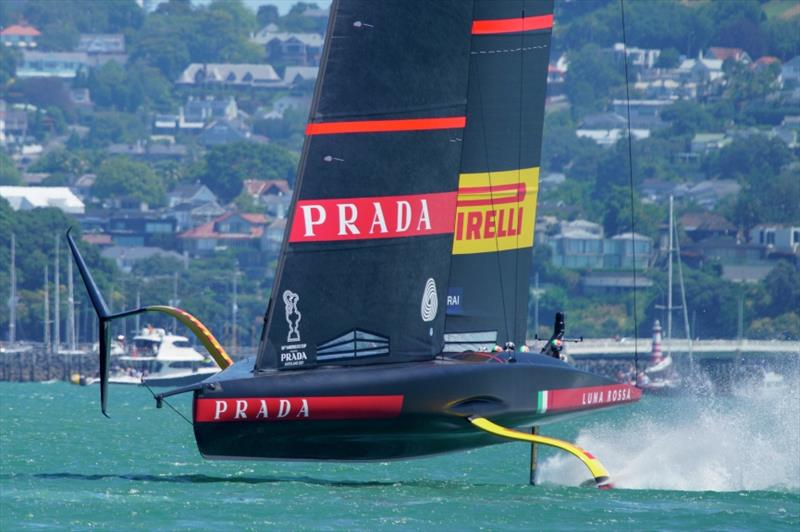 Ainslie's 'lame duck' takes surprise lead in America's Cup challenge